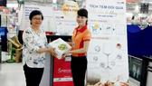 Khách hàng nhận quà sang miễn phí tại Co.opXtra Linh Trung - Thủ Đức