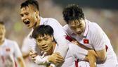 Công Phượng và đồng đội vui mừng sau pha ghi bàn vào lưới Hàn Quốc