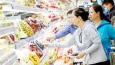 Người tiêu dùng lựa chọn trái cây ngoại nhập tại các kênh bán lẻ hiện đại