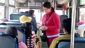 Điều hành khách đi xe buýt dễ thấy được là thái độ phục vụ của  nhân viên xe buýt. Ảnh: THU HƯỜNG
