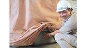 Kỹ sư Nguyễn Thế Nghiệp kiểm tra sản phẩm cấu kiện bê tông vừa được sản xuất tại xưởng