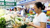 Khách hàng mua sắm tại Co.opmart Đồng Văn Cống