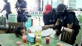 Cảnh sát bắt các nghi phạm ở bang Kelantan. Ảnh do Cảnh sát Hoàng gia Malaysia công bố. Ảnh: THE STAR