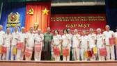 Lãnh đạo Bộ Công an trao quà cho các cán bộ, chiến sĩ CAND đã tham gia cuộc Tổng tiến công và nổi dậy Xuân Mậu Thân 1968. Ảnh: Website Thành ủy TPHCM