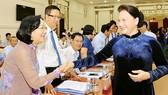 Chủ tịch Quốc hội Nguyễn Thị Kim Ngân trao đổi cùng các đại biểu dự Hội nghị Thường trực Hội đồng Nhân dân các tỉnh, thành phố khu vực miền Đông Nam bộ. Ảnh: VIỆT DŨNG
