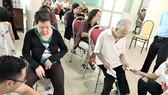 Người cao tuổi được đo loãng xương tại một hội thảo chăm sóc sức khỏe