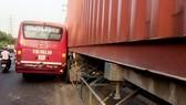 Truy đuổi đòi bồi thường sau va chạm, xe buýt và container dính chặt nhau trên đường