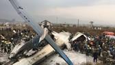 Lực lượng cứu hộ tại hiện trường máy bay chở khách Bangladesh rơi ở Kathmandu, Nepal, ngày 12-3-2018. Ảnh: AP