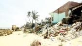 Đống đổ nát ngổn ngang tại bờ biển phía Nam làng Long Thủy (Phú Yên)