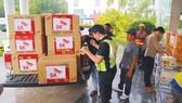 Các đoàn nước ngoài mang hàng cứu trợ giúp người dân Lào  bị nạn trong vụ vỡ đập thủy điện. Ảnh: ĐOÀN KIÊN