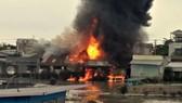 Đám cháy bốc lên dữ dội sau tiếng nổ lớn