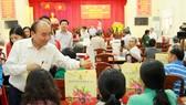 Thủ tướng Nguyễn Xuân Phúc trao quà Tết cho người nghèo