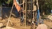 Đơn vị thi công đang khẩn trương khoan giếng nhằm ứng phó tình trạng thiếu nước sinh hoạt do hạn mặn