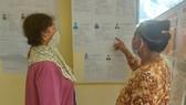Cử tri là đồng bào dân tộc Khmer tại Sóc Trăng tìm hiểu thông tin những người ứng cử. Ảnh: TUẤN QUANG