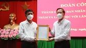 Chủ tịch UBND TPHCM Phan Văn Mãi trao Thư cám ơn đến Tỉnh ủy, HĐND, UBND, Ủy ban MTTQ và Nhân dân tỉnh Sóc Trăng