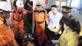 Nhân viên y tế của Trung tâm Cấp cứu 115 Đà Nẵng đi cùng tàu SAR 412 ra khơi cứu ngư dân