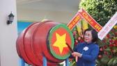 Bà Nguyễn Thị Thu Hà, Giám đốc Trung tâm, nguyên Phó Bí thư Thành uỷ TPHCM đánh trống khai trường