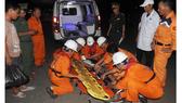 Ngư dân Bùi Đình Linh được tàu SAR 412 đưa về đất liền cấp cứu kịp thời