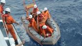VIDEO: Vượt gió bão biển Đông cấp 12 cứu ngư dân gặp nạn