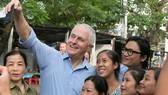 Thủ tướng Úc ra vỉa hè Đà Nẵng mua bánh mì ăn sáng và selfie cùng người dân