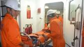 Nhân viên tàu SAR274 đưa ngư dân Nguyễn Đức Thạnh về đến đất liền cấp cứu kịp thời