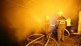 Lực lượng chữa cháy chuyên nghiệp đang dập lửa