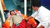 Ngư dân Ph.V.Gi. được lực lượng cứu nạn đưa về Đà Nẵng