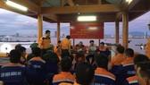 Danang MRCC bàn giao toàn bộ thuyền viên tàu Hải Hà 38 cho Bộ đội Biên phòng sau khi về đến Đà Nẵng