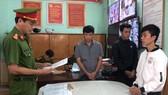 Các đối tượng Hoàng, Hải và Huy nghe đọc lệnh bắt tạm giam