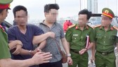Công an TP Đà Nẵng đưa nghi can Bùi Văn Hời ra hiện trường nơi nghi can phi tang xác con gái