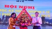 Ông Lê Trung Chinh, Phó Chủ tịch UBND TP Đà Nẵng tặng hoa chúc mừng
