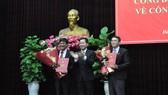Ông Nguyễn Văn Quảng, Phó Bí thư Thường trực Thành ủy Đà Nẵng trao quyết định bổ nhiệm cho ông Trần Thắng Lợi (bìa trái) và ông Nguyễn Văn Hùng