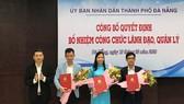 Ông Hồ Kỳ Minh, Phó Chủ tịch UBND TP Đà Nẵng trao quyết định bổ nhiệm đối với 3 lãnh đạo cấp sở ngành