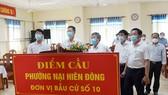 Lãnh đạo Thành ủy, HĐND TP Đà Nẵng kiểm tra một điểm bầu cử trên địa bàn quận Sơn Trà. Ảnh: XUÂN QUỲNH