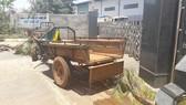 Người dân đưa xe máy cày chặn cổng nhà máy chế biến gỗ của Công ty BISON để yêu cầu khắc phục ô nhiễm. Ảnh CÔNG HOAN.