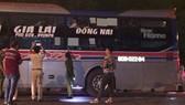 Chiếc xe khách Tân Niên bị ném đá vỡ kính bên hông. Ảnh CÔNG HOAN.