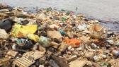 Hồ cấp nước sạch cho Đà Lạt tràn ngập rác thải nông nghiệp