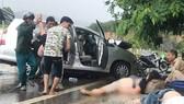 Người bị thương được đưa ra khỏi xe gặp tai nạn
