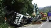Xe tải đổ đèo đâm vào vách núi