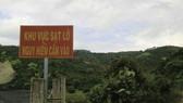 Chính quyền địa phương đặt bảng cấm ở các lối vào khu vực sạt lở. Ảnh: ĐOÀN KIÊN
