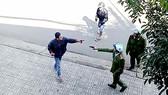 Đối tượng Tuấn cầm dao tấn công lại lực lượng chức năng. Ảnh chụp từ clip
