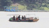 """Thuyền """"chui"""" vẫn mạo hiểm chở khách trên hồ Đan Kia - Suối Vàng"""