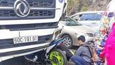 Phượt thủ đi xe máy đâm trực diện ô tô đi theo chiều ngược lại