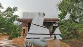 Lốc xoáy làm tốc mái hàng chục căn nhà