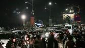 Phương tiện kẹt cứng trước Quảng trường Lâm Viên tối 1-5. Ảnh: ĐOÀN KIÊN