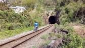 Học sinh chui đường sắt để đến trường