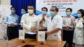 Tập đoàn Hưng Thịnh tặng máy xét nghiệm Covid-19 cho Khánh Hòa