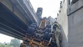 Xe container mất lái lao xuống rãnh cầu, đường sắt tê liệt
