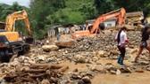 Dọn dẹp đổ nát sau lũ ống, tìm các nạn nhân mất tích ở Mù Cang Chải