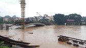 Cầu Kỳ Lừa chìm trong nước lũ sông Kỳ Cùng